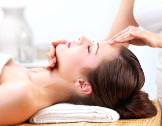 migraines-healthy-habits-gallery-woman-head-massage-320.jpg